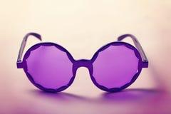 Gafas de sol púrpuras enrrolladas del hippy de los años 60 horizontales Fotografía de archivo libre de regalías