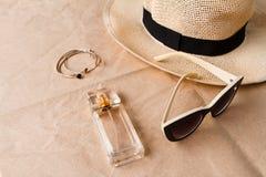 Gafas de sol perfume y sombrero de los accesorios sobre fondo del arte Foto de archivo