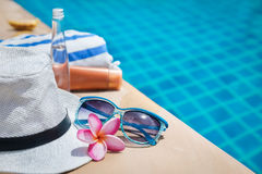 Gafas de sol poner crema de la toalla de la flor del sombrero de la protección solar Imágenes de archivo libres de regalías
