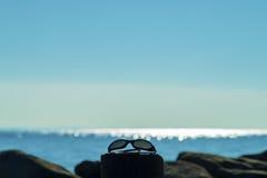 Gafas de sol por el mar con el espacio de la copia imagenes de archivo