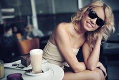 Gafas de sol que desgastan de la belleza rubia linda Imagen de archivo