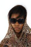 Gafas de sol que desgastan de la muchacha del afroamericano Imagenes de archivo