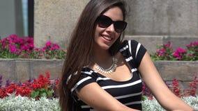 Gafas de sol que desgastan de la muchacha hispánica almacen de metraje de vídeo