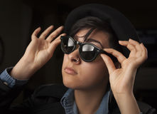 Gafas de sol que desgastan de la muchacha mezclada étnica foto de archivo