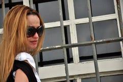 Gafas de sol que desgastan de la mujer fotografía de archivo libre de regalías