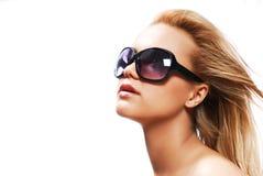 Gafas de sol que desgastan de la mujer Imagenes de archivo