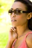 Gafas de sol que desgastan de la mujer Foto de archivo