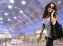 Gafas de sol que desgastan de la mujer adolescente joven Fotos de archivo