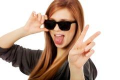 Gafas de sol que desgastan de la mujer adolescente joven Fotos de archivo libres de regalías