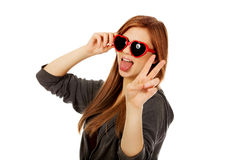 Gafas de sol que desgastan de la mujer adolescente joven Imagenes de archivo