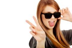 Gafas de sol que desgastan de la mujer adolescente joven Fotografía de archivo