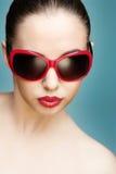 Gafas de sol que desgastan de la mujer joven Imagen de archivo