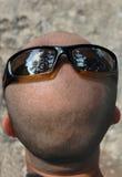 Gafas de sol que desgastan de la pista calva Fotografía de archivo libre de regalías