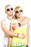 Gafas de sol que desgastan de los pares de moda jovenes Imagen de archivo libre de regalías