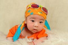 Gafas de sol que desgastan del bebé y un turbante Imágenes de archivo libres de regalías