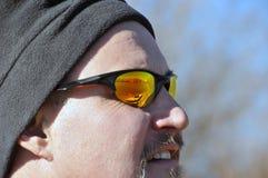 Gafas de sol que desgastan del hombre imagen de archivo