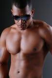 Gafas de sol que desgastan del hombre atractivo. Fotografía de archivo libre de regalías