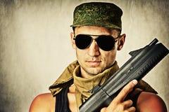 Gafas de sol que desgastan del hombre con el automatiÑ Fotos de archivo