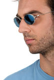 Gafas de sol que desgastan del hombre hermoso Foto de archivo