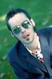 Gafas de sol que desgastan del hombre joven fotos de archivo libres de regalías