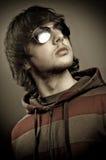 Gafas de sol que desgastan del hombre joven Fotografía de archivo