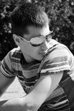 Gafas de sol que desgastan del hombre joven Imagen de archivo
