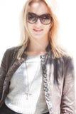 Gafas de sol que desgastan del modelo de manera Imágenes de archivo libres de regalías