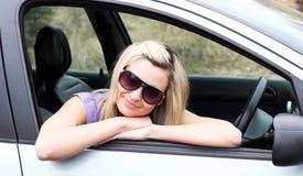 Gafas de sol que desgastan del programa piloto femenino joven hermoso Foto de archivo libre de regalías