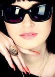 Gafas de sol que desgastan del retrato de la mujer fotos de archivo