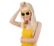 Gafas de sol que desgastan sonrientes de la mujer Imagen de archivo