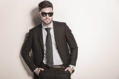 Gafas de sol que llevan atractivas serias y frescas del hombre de negocios Fotos de archivo libres de regalías