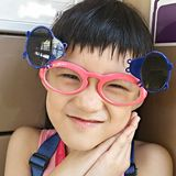 Gafas de sol que llevan de la muchacha divertida sonriente Fotografía de archivo libre de regalías