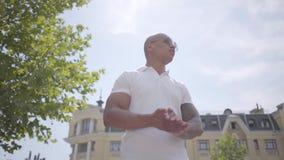 Gafas de sol que llevan del hombre de Oriente Medio calvo acertado confiado del retrato y camiseta blanca Miradas hermosas del in metrajes