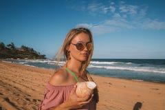 Gafas de sol que llevan de la chica joven que caminan abajo Fotografía de archivo libre de regalías