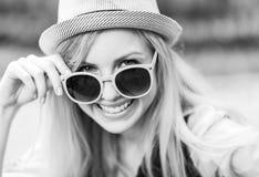 Gafas de sol que llevan de la muchacha del inconformista Fotografía de archivo