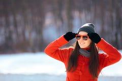 Gafas de sol que llevan de la mujer del invierno al aire libre imágenes de archivo libres de regalías