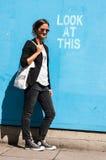 Gafas de sol que llevan modelo del inconformista que presentan al lado de Lo Fotos de archivo