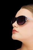 Gafas de sol que llevan rubias con clase pensativas Imagenes de archivo