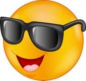 Gafas de sol que llevan sonrientes del emoticon que dan el pulgar para arriba Fotos de archivo