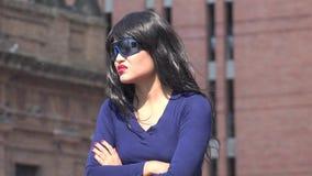 Gafas de sol que llevan y peluca de la mujer impaciente metrajes