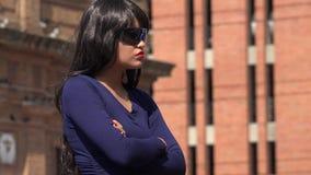 Gafas de sol que llevan y peluca de la mujer infeliz impaciente almacen de video