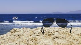 Gafas de sol que mienten en piedra almacen de video