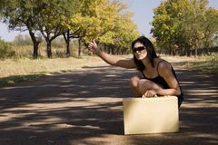 Gafas de sol que sientan el borde de la carretera Fotos de archivo libres de regalías