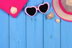 Gafas de sol, sombrero y toalla de paja en tableros, accesorios para las vacaciones o verano, espacio de la copia para el texto Imagen de archivo