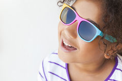Gafas de sol sonrientes del niño afroamericano de la muchacha de la raza mixta Foto de archivo