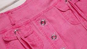 Gafas de sol tipo aviador y ropa rosada almacen de metraje de vídeo