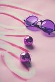 Gafas de sol y bolas de discoteca de los años 60 del hippy en fondo del amor Imágenes de archivo libres de regalías
