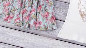 Gafas de sol y falda floral almacen de metraje de vídeo