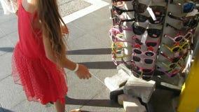 Gafas, gafas de sol y niña en la calle de la ciudad almacen de video