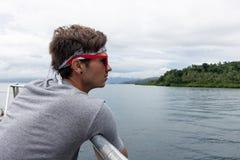Gafas de sol y pañuelo que llevan del turista del hombre joven que hacen turismo para imagenes de archivo
